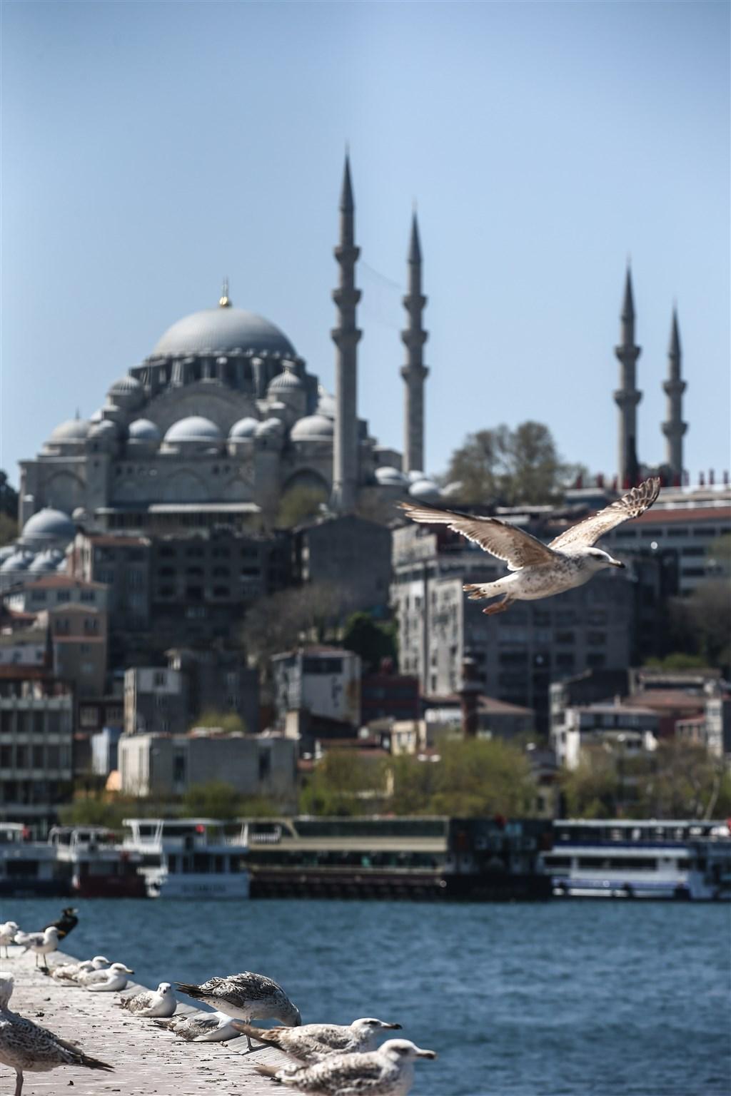 在清真寺進行集體禮拜這項重要功課,以及日落時分與親友聚會共享開齋飯的傳統,因為疫情關係,都遭到禁止。圖為蘇萊曼尼耶清真寺。(安納杜魯新聞社提供)