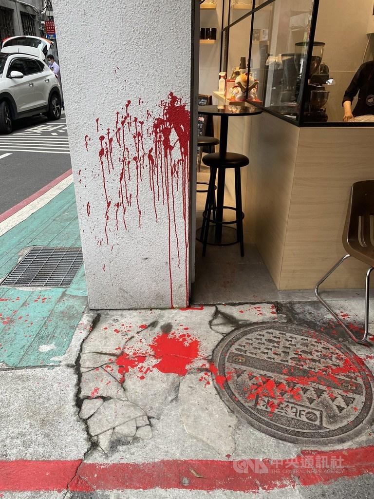 前香港銅鑼灣書店店長林榮基25日將在台北重開書店,不料他21日上午在中山區吃早餐時,突然遭到不明人士潑紅漆,警方獲報後已展開調查。圖為林榮基遭潑漆現場,紅漆痕跡相當明顯。中央社記者黃麗芸攝 109年4月21日