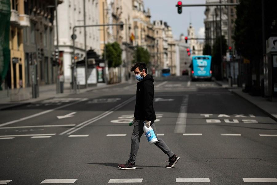武漢肺炎全球死亡病例已突破19萬例,其中近2/3在歐洲。圖為西班牙馬德里街道僅見零星人車。(安納杜魯新聞社提供)
