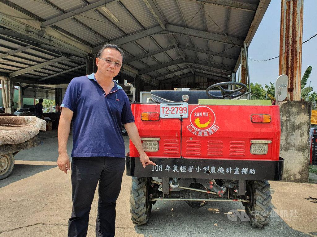 屏東蕉農余致榮擴大香蕉種植面積,他指著搬運車上印著的「農糧署小型農機計畫補助」字樣說,相較小農,大農比較有門路申請補助、開發通路,這促使他擴大為集貨商、往農企業方向走的原因。中央社記者郭芷瑄攝 109年4月25日