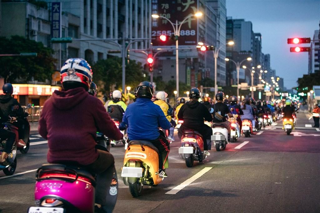 日前有選用Gogoro騎到飽方案的車主因騎車從事外送服務,收到違約金通知,引發熱議。(圖取自facebook.com/Gogoro)
