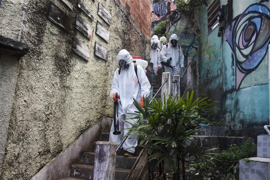 巴西武漢肺炎疫情嚴峻,美國宣布14天內曾赴巴西的外籍人士禁止入境。圖為里約熱內盧環境消毒作業。(安納杜魯新聞社提供)