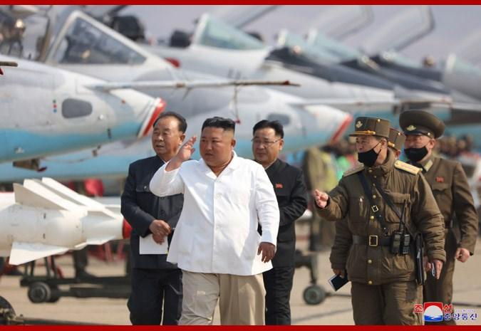 北韓官媒主要版面25日聚焦建軍88週年,但領導人金正恩(左2)仍未出現在公眾視野。圖為北韓中央通信社12日報導,金正恩視察航空與防空所屬殲襲機團。(圖取自北韓中央通信社網頁kcna.kp)