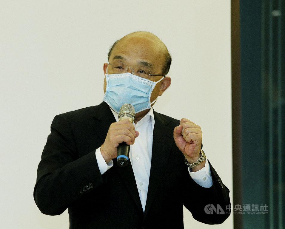 媒體報導,台北市長柯文哲稱口罩販賣機不會被口罩3.0打敗,因為超商口罩3.0版每次還要扣新台幣7元。行政院長蘇貞昌(圖)25日表示,這沒有誰勝誰負的問題,為讓民眾更方便取得口罩,政府一直研發新方式,地方政府有好的方式也很好。中央社記者郭日曉攝 109年4月25日