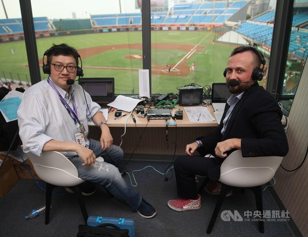 全球球迷看見中華職棒抗疫成功、順利開打,英文講評王雲慶(左)及偉恩(Wayne McNeil)(右)的播報也廣受網友好評。中央社記者張新偉攝 109年4月18日