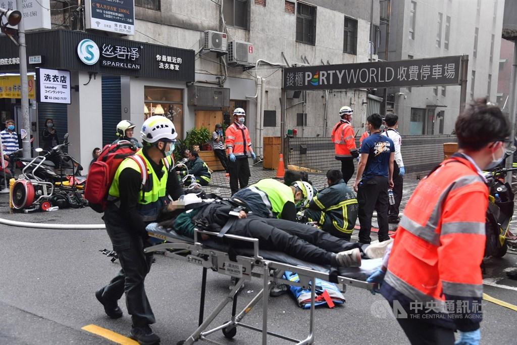 台北市林森北路錢櫃KTV26日上午驚傳火警,台北市消防局派員馳援,陸續將救出民眾送醫。中央社記者林俊耀攝 109年4月26日