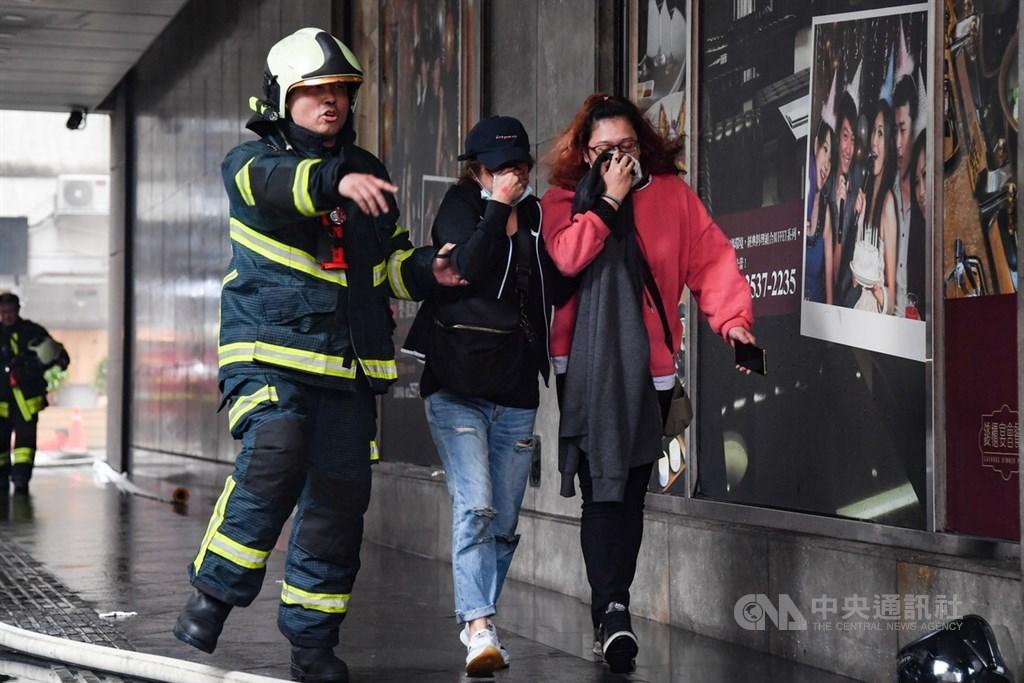 台北市林森北路錢櫃KTV26日上午驚傳火警,台北市消防局派員馳援,並疏散民眾。中央社記者林俊耀攝 109年4月26日
