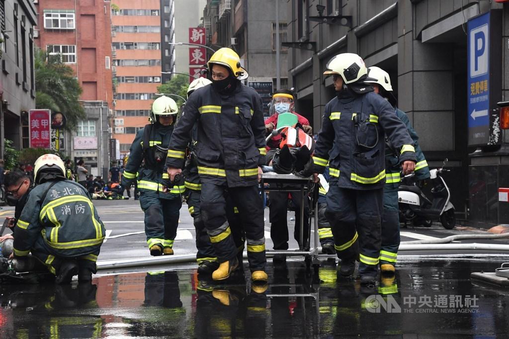 台北市林森北路錢櫃KTV26日傳出火警,現場火勢約於上午11時30分撲滅,消防人員陸續救出民眾並協助送醫。中央社記者林俊耀攝 109年4月26日