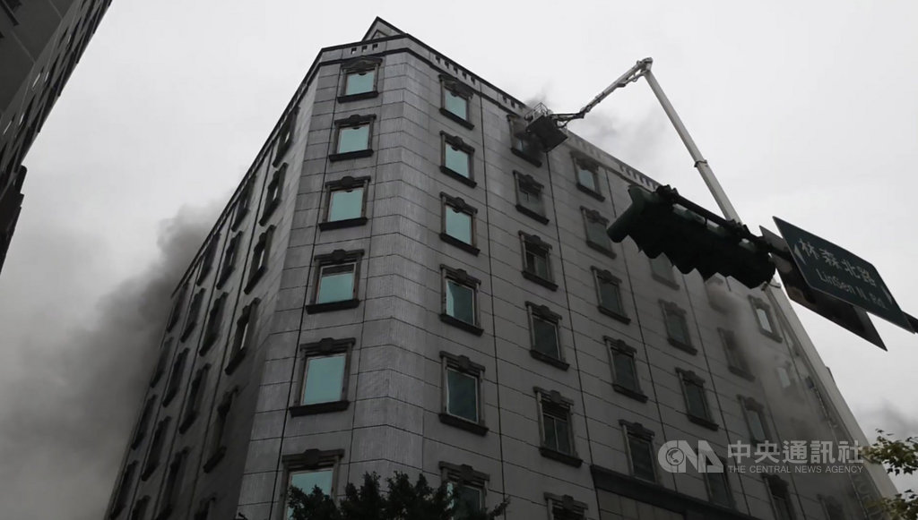 台北市中山區林森北路一棟14層樓高的建築物26日上午驚傳火警,起火點為5樓的錢櫃KTV,台北市消防局立即派員到場馳援。(民眾提供)中央社記者黃麗芸傳真 109 年4月26日