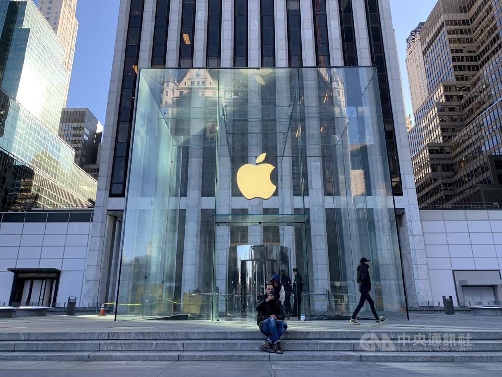 「華爾街日報」27日引述知情人士報導,由於武漢肺炎疫情影響,蘋果公司將把今年稍晚要推出的新款旗艦iPhone量產時間延後一個月。圖為紐約市曼哈頓第五大道蘋果直營店外觀。(中央社檔案照片)