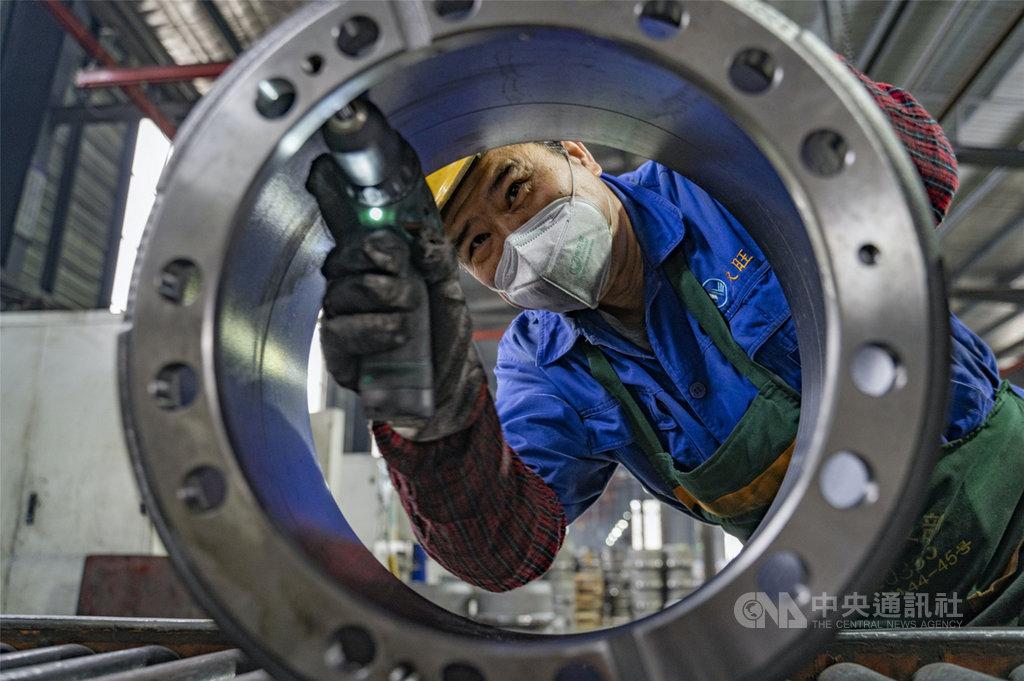 中國國家統計局的數據顯示,第一季各大行業利潤普遍下滑,其中汽車製造業更暴跌80.2%。圖為江西新余一家汽車配件廠的工人。(中新社提供)中央社 109年4月27日
