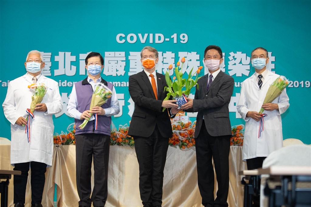 27日是荷蘭的國慶日國王節,但因全球疫情嚴峻,荷蘭不如以往的慶祝,而是用專程空運來台的3999朵國花鬱金香,表達對台灣第一線醫護人員的謝意。(圖取自facebook.com/NTIOTaiwan)