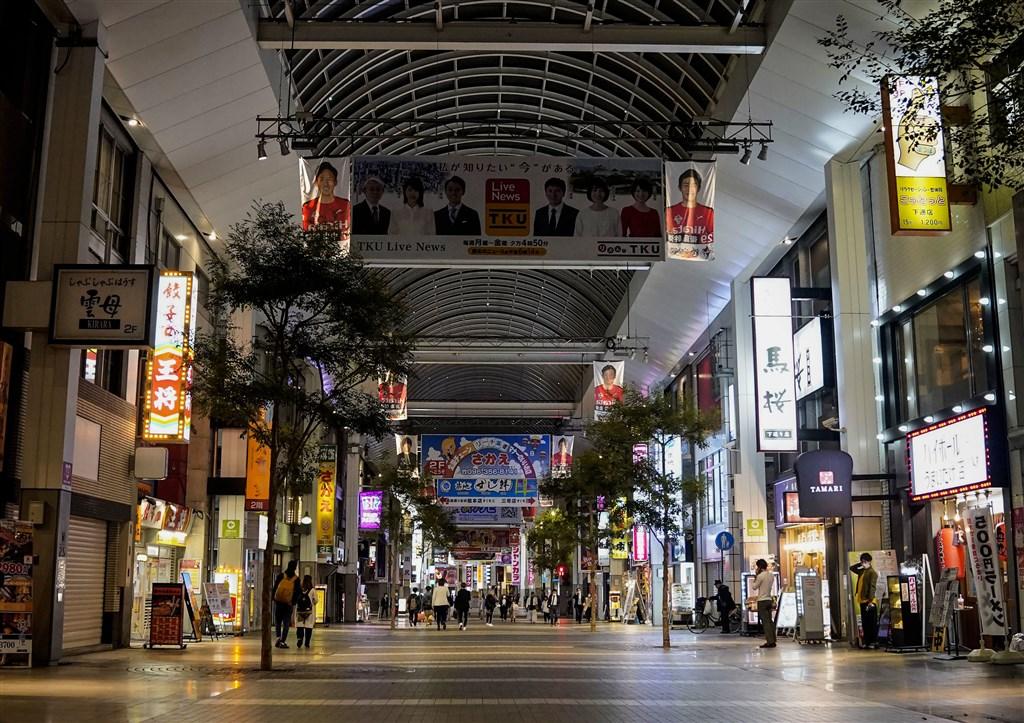 日本熊本市20多歲女學生3日確診武漢肺炎,9日出院,在家進行健康觀察期間再次篩檢呈陽性反應,與她同住的一名家人也確診。圖為日本宣布緊急狀態後熊本市街道冷清。(共同社提供)