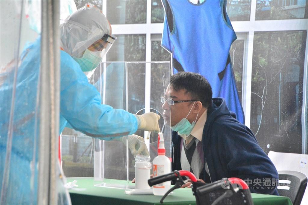 疫情指揮中心指揮官陳時中28日說,民眾可能會以為普篩、快篩,篩之後會有結果,可以把病人都找出來,但快篩只是檢驗時間比較短,但會有偽陽性、偽陰性,不能真的把所有病人都找到。圖為新北市武漢肺炎防疫演習。(中央社檔案照片)