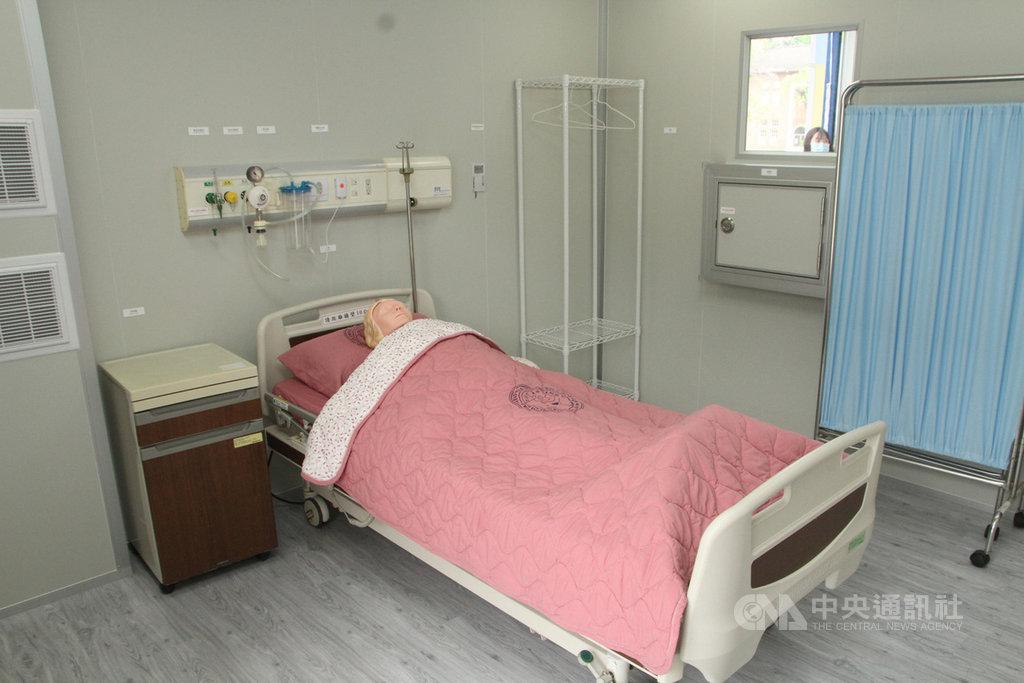 國立成功大學28日發表移動式緊急部署檢疫醫院原型屋「QurE」,最大特點在於可迅速組裝單人套房式的負壓隔離病房。中央社記者楊思瑞攝 109年4月28日