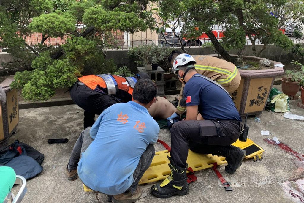 台南市政府消防局28日下午獲報指出,在新化區知義里有2名男子從高處墜落。消防人員抵達現場時,發現現場為民宅3樓處鐵皮施工倒塌,2名工人失足墜落地面,立即進行搶救。(讀者提供)中央社記者楊思瑞台南傳真  109年4月28日