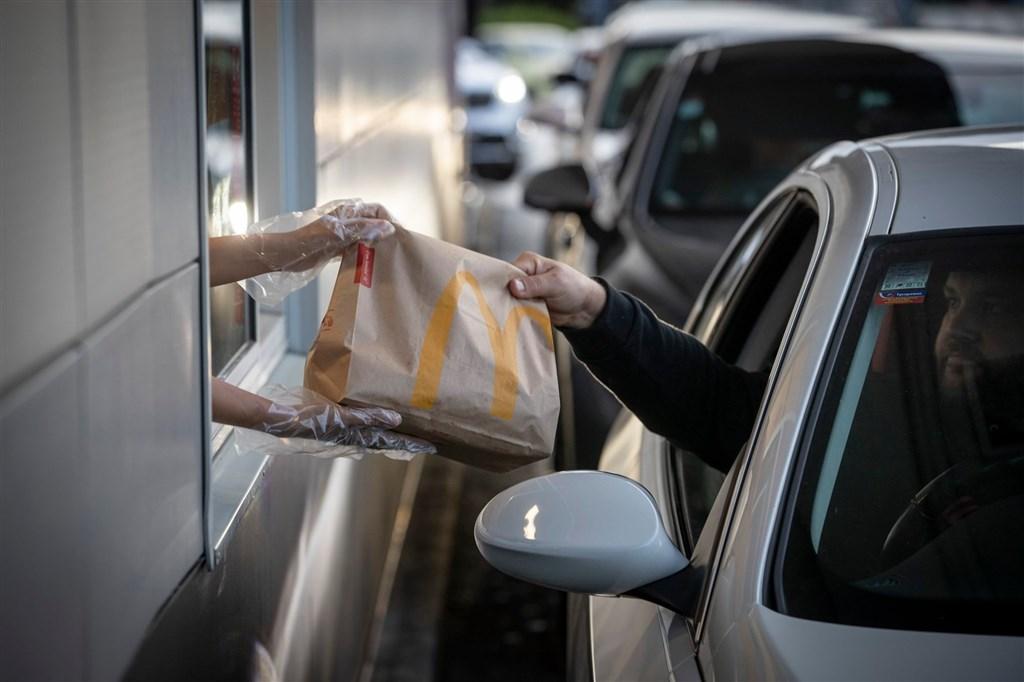 紐西蘭解除長達一個月的封城措施,民眾28日排隊外帶商品。(圖取自facebook.com/McDonaldsNZ)