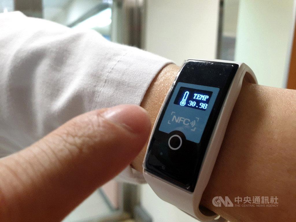 成功大學29日宣布成功開發「溫心智慧手環」,提供給第一線防疫人員配戴,可隨時監測體溫及心跳,守護醫護人員健康。(成大醫院提供)中央社記者張榮祥台南傳真 109年4月29日