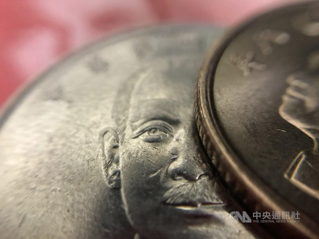 29日台北股匯市齊揚,新台幣午盤大升1.26角,暫收29.91元。(中央社檔案照片)