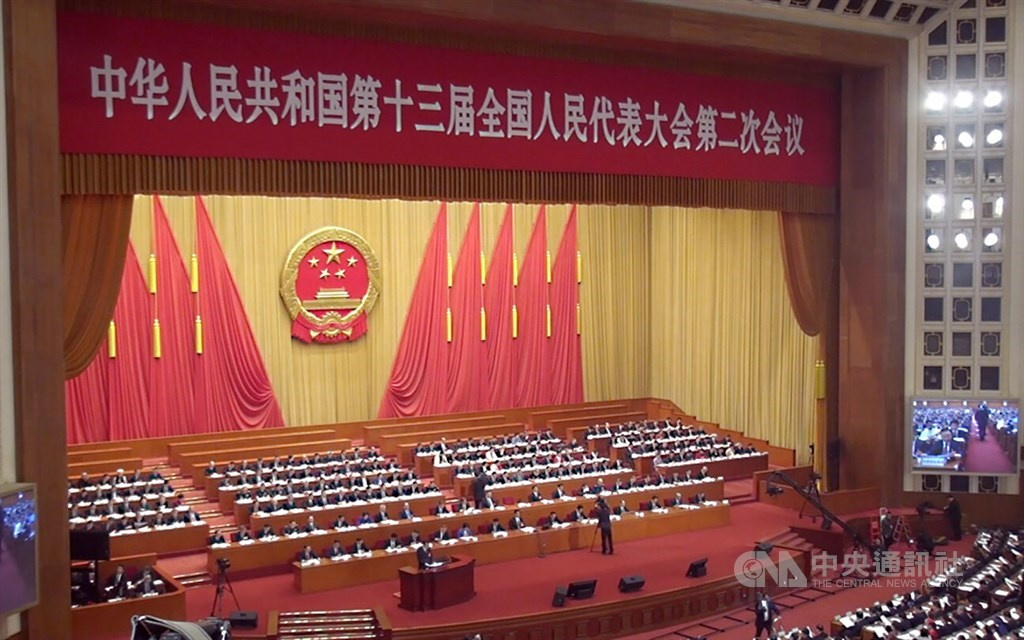 延宕2個半月的2020年中國全國「兩會」21日將登場,面對疫情,各省區的全國兩會代表、省級官媒到北京開會,出發前都須接受檢疫。圖為第13屆全國人大第2次會議。(中央社檔案照片)