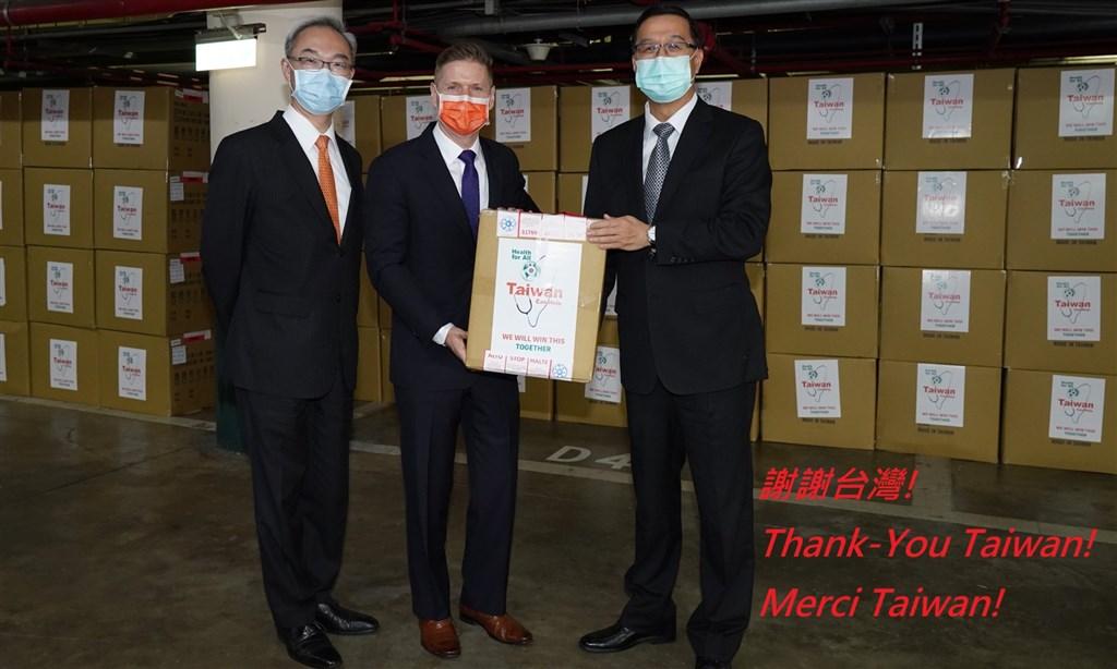 加拿大駐台北貿易辦事處28日在臉書專頁貼文表示,感謝台灣朋友的慷慨和協助,口罩已運抵加拿大並由加拿大紅十字會分發給有需要的醫院和社區。(圖取自facebook.com/CANADATPE)