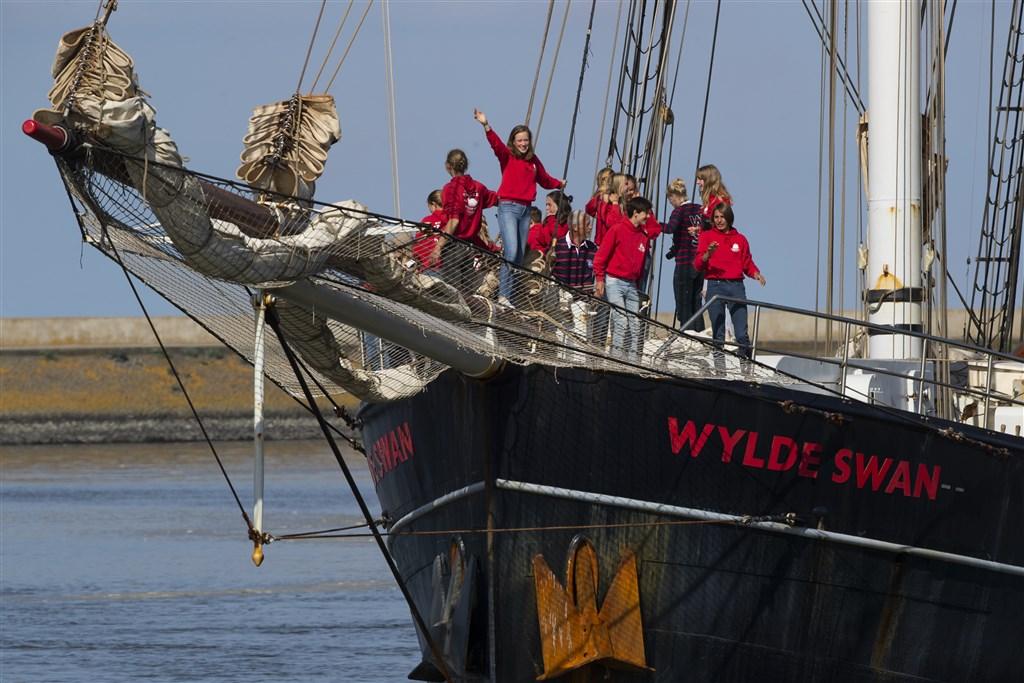 25名荷蘭高中生從古巴駕駛一艘帆船,在老師和船員協助下耗時5週穿越大西洋返回荷蘭。(美聯社)