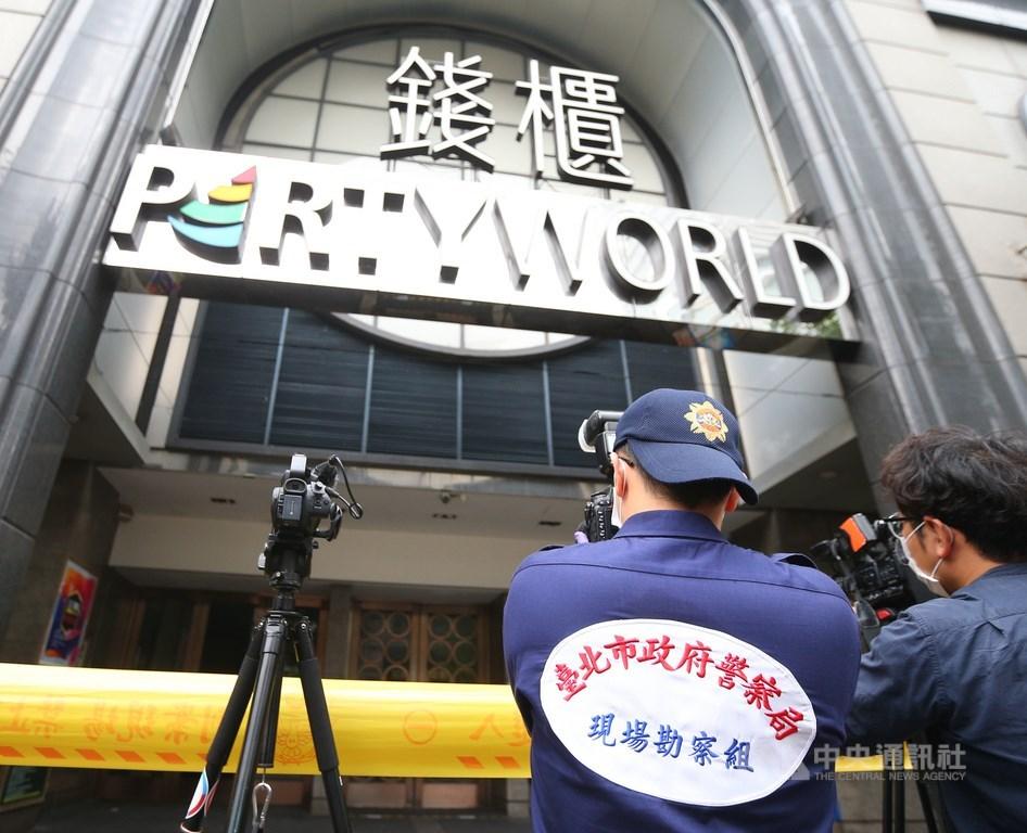 台北市錢櫃KTV林森店火警釀多人死傷。圖為檢警等相關人員27日前往現場勘驗採證。(中央社檔案照片)