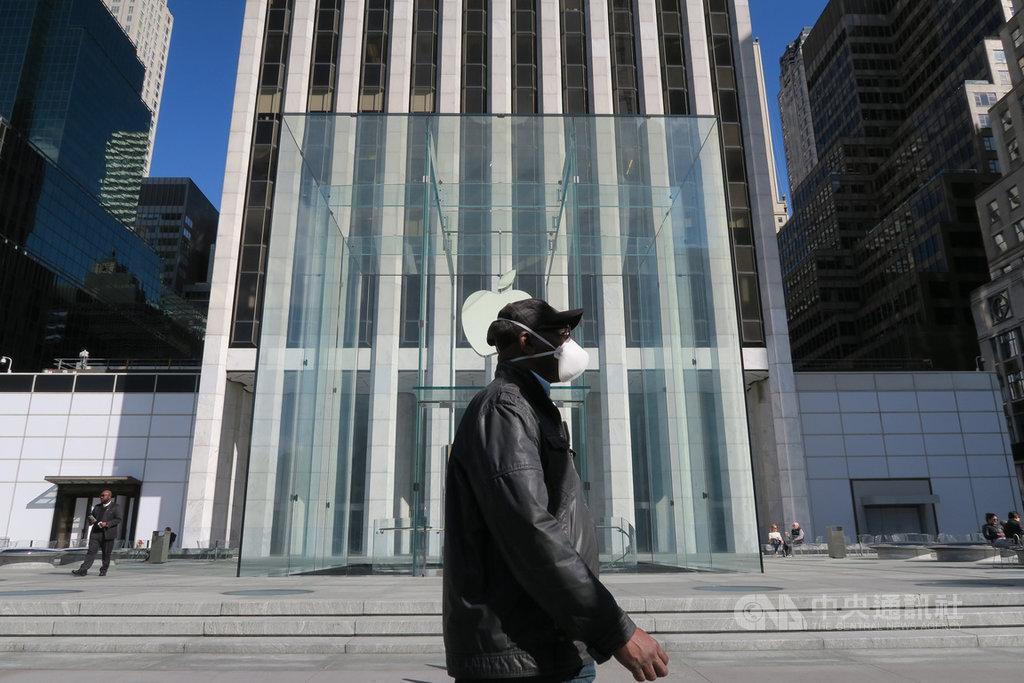 受武漢肺炎疫情影響,蘋果公司3月宣布關閉大中華地區外所有門市。圖為紐約民眾行經暫時停業的曼哈頓第五大道蘋果直營店。中央社記者尹俊傑紐約攝 109年5月1日