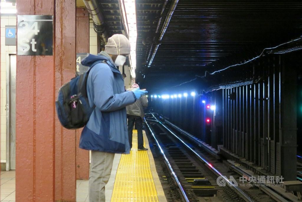 受武漢肺炎疫情影響,紐約地鐵乘客銳減逾9成,昔日人潮密集的34街地鐵站月台空曠,乘客戴口罩與手套防疫。中央社記者尹俊傑紐約攝 109年5月1日