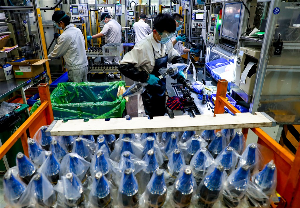 路透社引述知情美國官員報導,川普政府為懲罰北京對武漢肺炎疫情處理不當,除了考慮對中國加徵關稅,還正加速推動促進全球產業供應鏈撤出中國。圖為工人在武漢工廠生產汽車零件。(中新社提供)