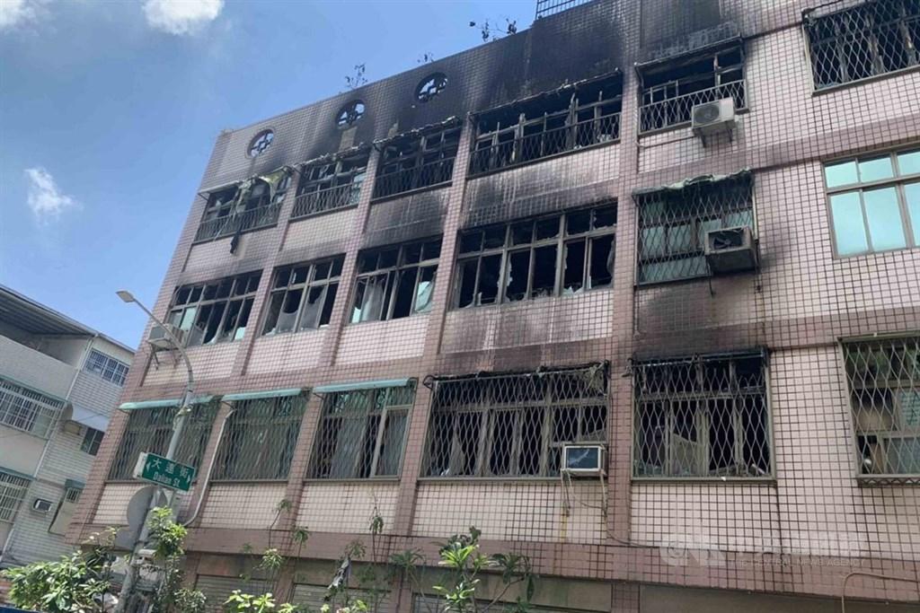 高雄市三民區大連街一棟5樓透天厝3日上午發生火警,2樓以上的樓層毀損嚴重。中央社記者陳朝福攝 109年5月3日