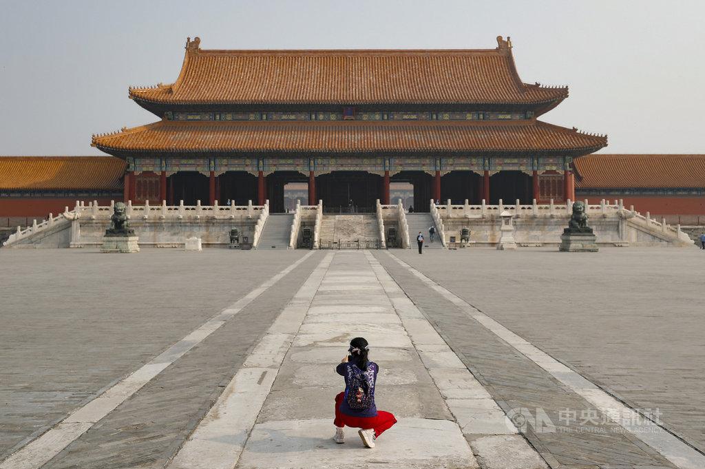 北京為應對武漢肺炎疫情,仍未開放外省市遊客進京旅遊。圖為「五一」長假期間,北京故宮每日限制流量從平日8萬人降為5千人,而且採網路預約、分批進入方式開放參觀。(中新社提供)中央社 109年5月3日