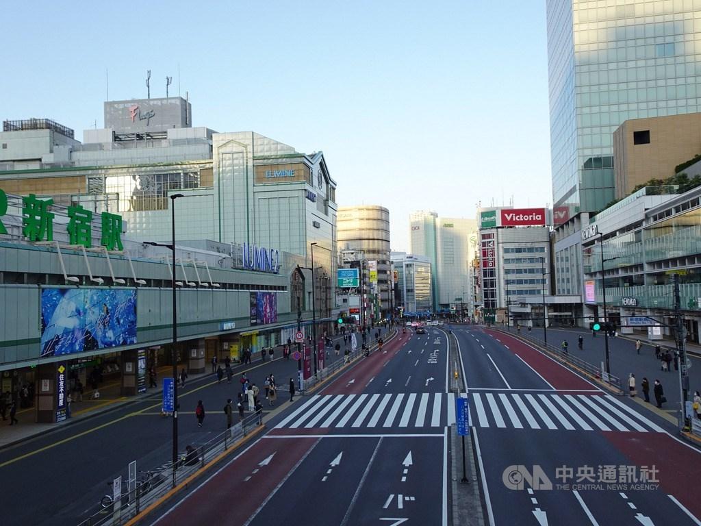 為防武漢肺炎疫情擴大,東京處於緊急事態,政府勸民眾少出門。25日下午3時在東京新宿車站周邊民眾外出情況,較1月至2月中旬的假日平均值減少了78.9%。中央社記者楊明珠東京攝 109年4月26日