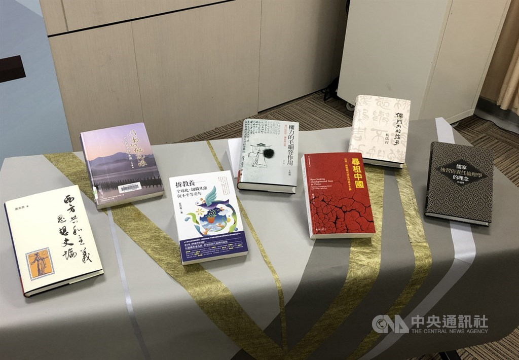 科技部首次舉辦「最具影響力研究專書」徵選,「人文及社會科學」領域共7本書獲選,從莊子思想、階級如何影響教養到中國發展模式的變化,橫跨領域多元。中央社記者蘇思云攝 109年5月4日