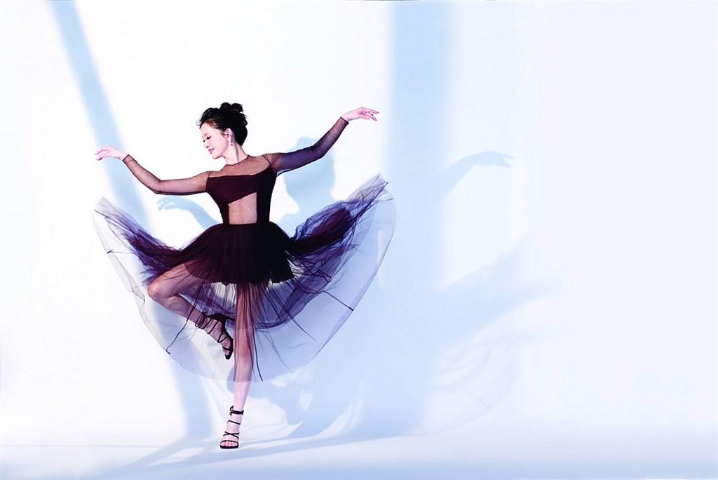 藝人劉真追思靈堂3月25日下午2時22分開放外界追悼,遺照選用她身穿黑色舞衣翩翩起舞的側面照片,希望留給外界永遠的美好印象。(容易文創提供)中央社記者葉俐緯傳真 109年3月25日