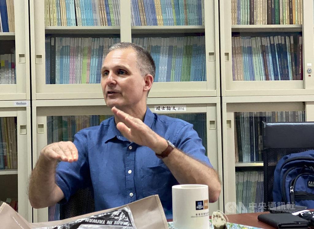 德國學者舒耕德5日在國立政治大學演講。他在演講結束後接受中央社記者採訪指出,兩岸政治互動趨緩,在關係上反而形成冷穩定。中央社記者賴言曦攝 109年5月5日