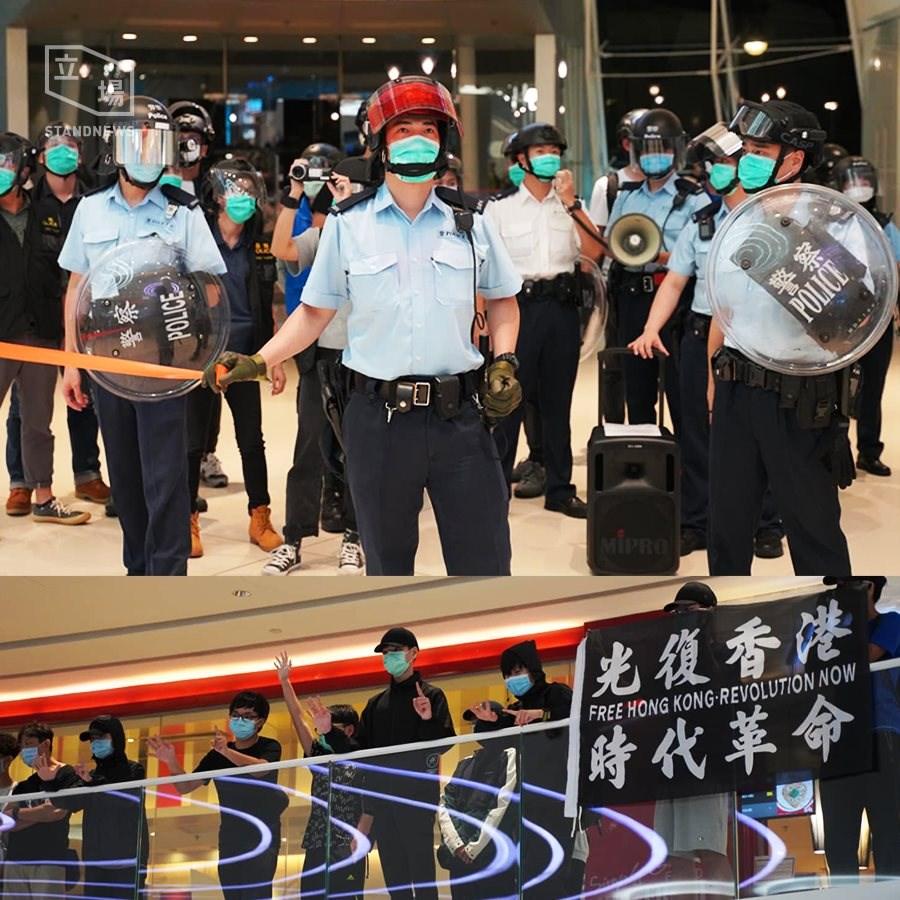 香港民眾6日晚間聚集於天水圍一帶商場高唱抗爭歌曲、高呼口號。港警3度進入商場驅離人群,過程中手持圓盾、胡椒球槍及海綿彈槍,一度舉黃旗警告。(立場新聞提供)