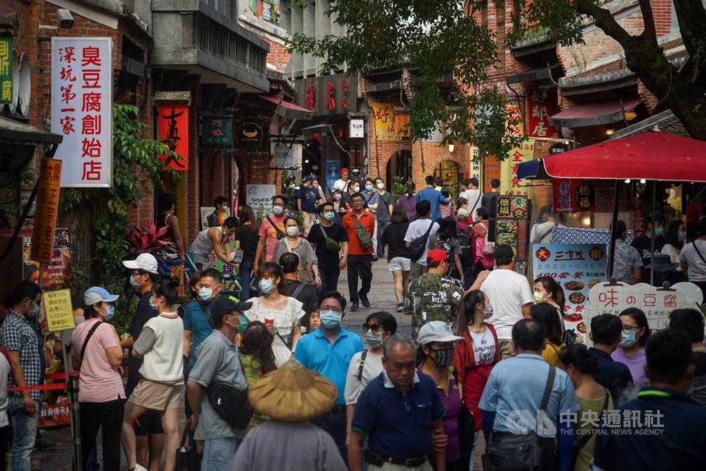 武漢肺炎肆虐,出國不方便又有風險,台灣許多民眾改在國內度假。圖為深坑老街。(中央社檔案照片)