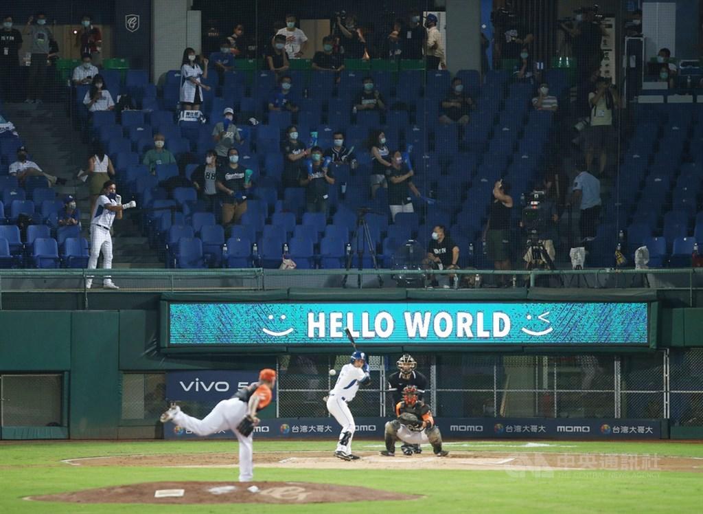 中職領先全球開放球迷到現場觀戰,8日晚間在新莊棒球場由富邦悍將隊與統一獅隊交手,悍將球團並於主場本壘後方跑馬燈打出HELLO WORLD,向世界說哈囉。中央社記者張新偉攝 109年5月8日