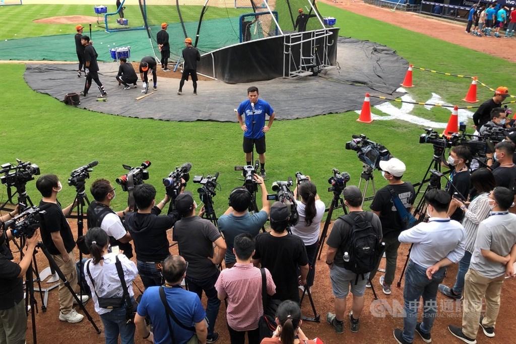 中華職棒8日起開放每場比賽上限1000名觀眾入場,截至7日為止,新莊棒球場8日晚間賽事媒體採訪申請就有112人、其中有14家外媒。中央社記者吳家昇攝 109年5月8日