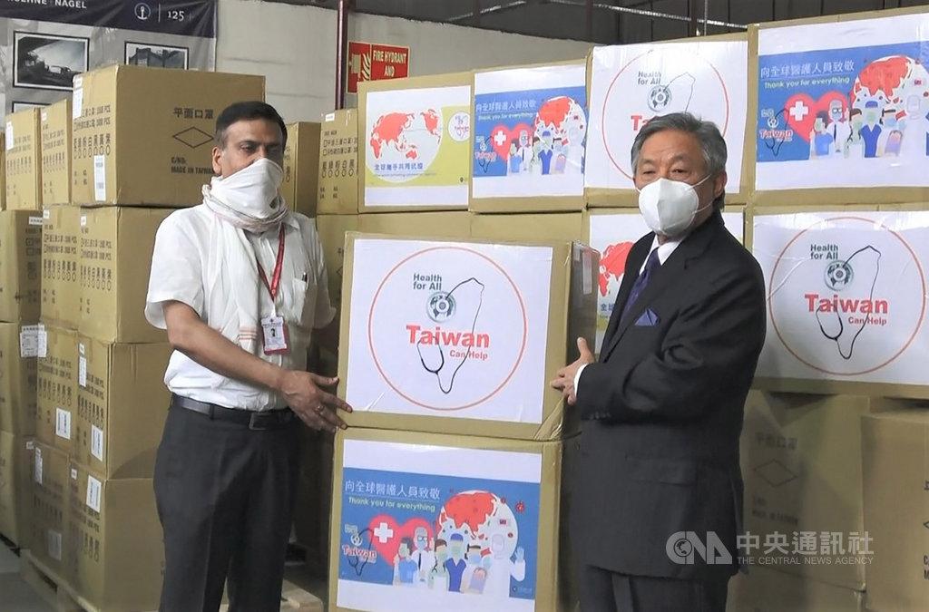 台灣捐贈印度百萬個口罩,其中95萬個由駐印度代表田中光(右)於8日在新德里英蒂拉甘地國際機場貨運航廈捐贈給印度紅十字會,由副秘書長辛赫(左)受贈。中央社記者康世人新德里攝  109年5月8日