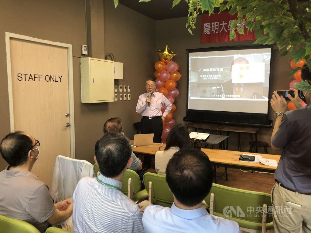 宏碁集團創辦人施振榮(後左)9日出席陽明大學醫學系新生座談,勉勵醫學與資通訊結合,為台灣培育未來人才。中央社記者陳至中台北攝 109年5月9日