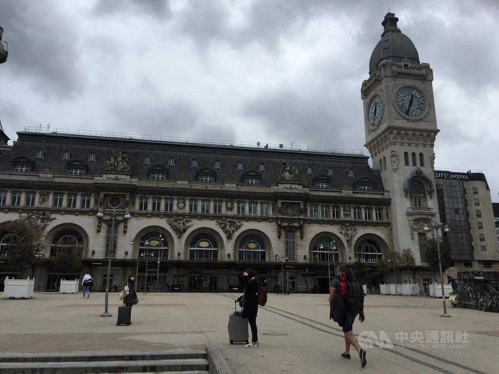 巴黎里昂車站下午時分,仍可見通勤族及拖著行李的民眾出入,與過往熙來攘往相比冷清許多。中央社記者曾婷瑄巴黎攝 109年5月6日