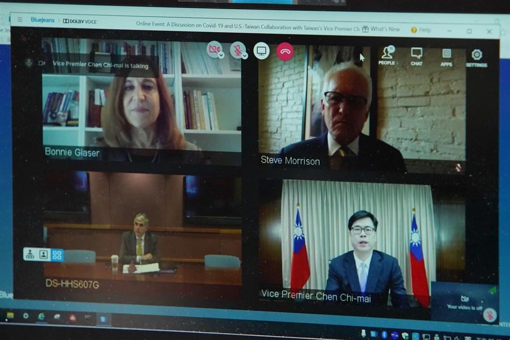 行政院副院長陳其邁(下排右)與美國衛生部副部長哈根(下排左)8日線上對談,討論美台防疫合作。(圖取自facebook.com/chenchimai)