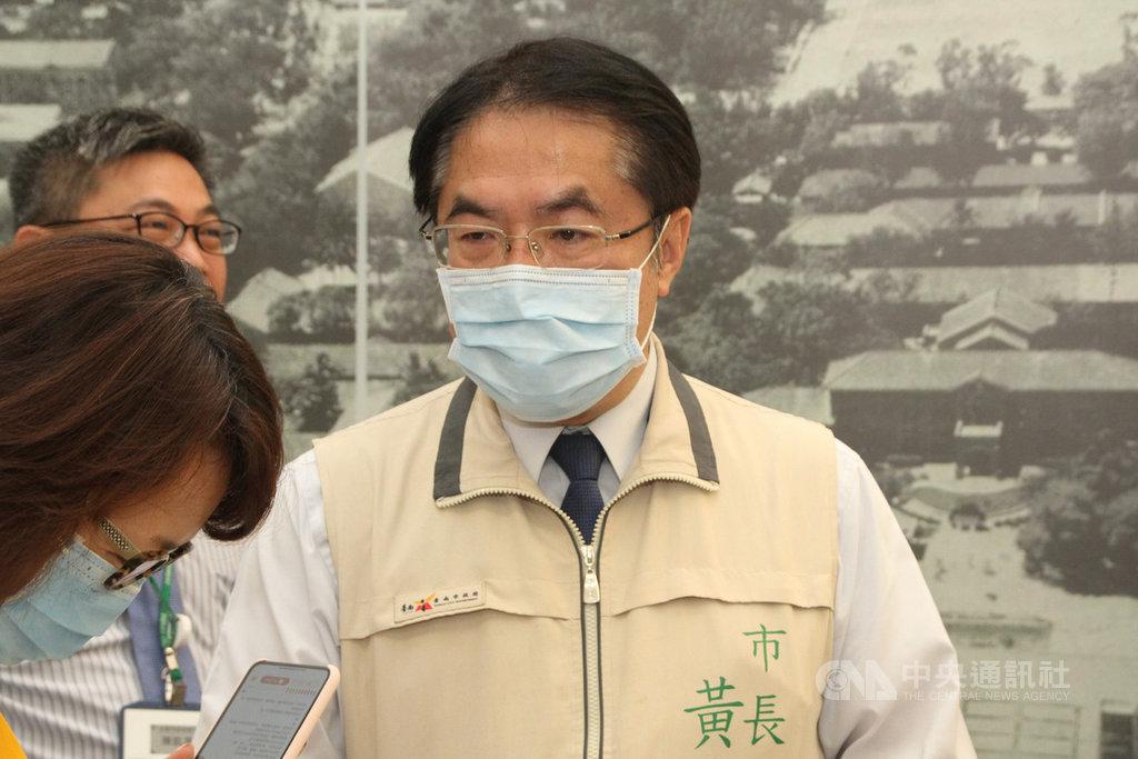 針對台南市的酒店、舞廳是否可能開放營業,台南市長黃偉哲(右)10日受訪表示,酒店和舞廳目前能符合安全條件的機會不大,除非還有其他轉機。中央社記者楊思瑞攝 109年5月10日