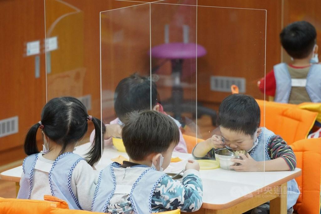 中央流行疫情指揮中心宣布,將於18日開放預購4歲以下幼童使用的「幼幼平面口罩」。(中央社檔案照片)
