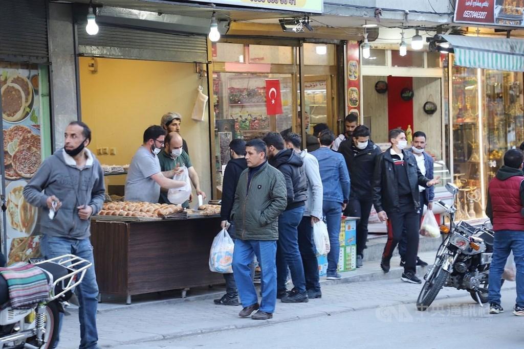安卡拉席特勒區的拉菲特.塞佛烈士街有「敘利亞巴扎」之稱,是落腳安卡拉10萬敘利亞人的思鄉補給站。圖為8日傍晚街頭一隅。中央社記者何宏儒安卡拉攝 109年5月10日