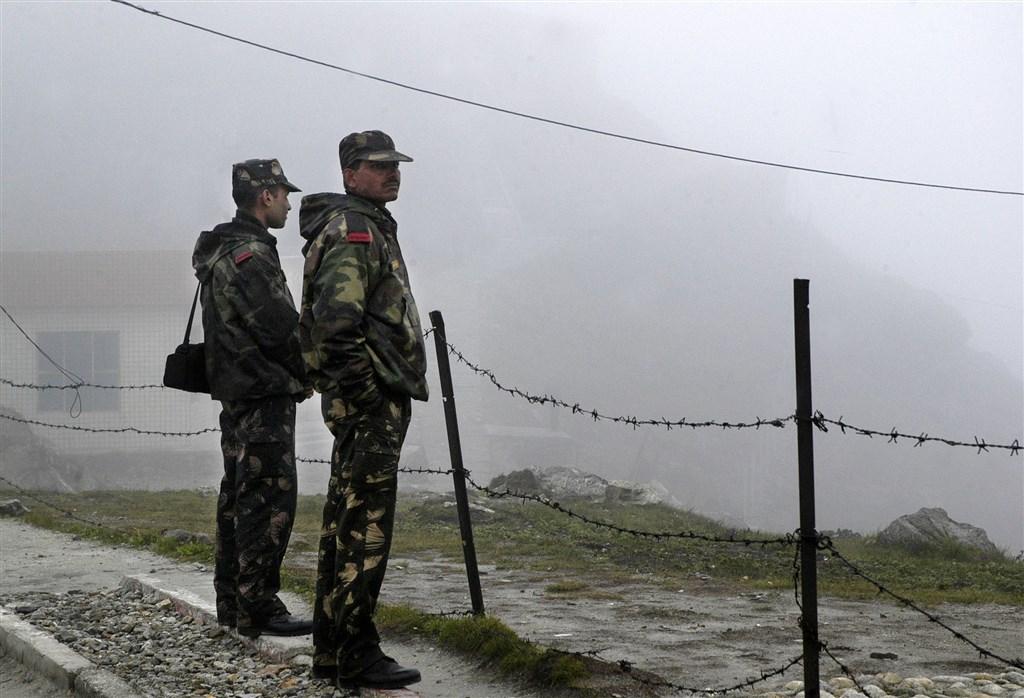 印度和中國士兵在雙方邊界靠近西藏附近的一處山口爆發衝突,造成數名中、印士兵受傷。圖為印度軍人駐守在中印接壤的納土拉山隘。(美聯社提供)