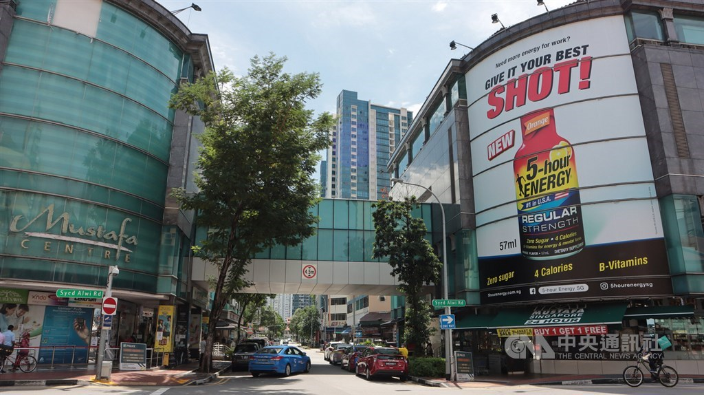 新加坡防疫阻斷措施,超市進出要限制人流,圖為小印度區相當有名的慕斯達法購物中心(Mustafa Centre)超市。中央社記者黃自強新加坡攝 109年5月8日