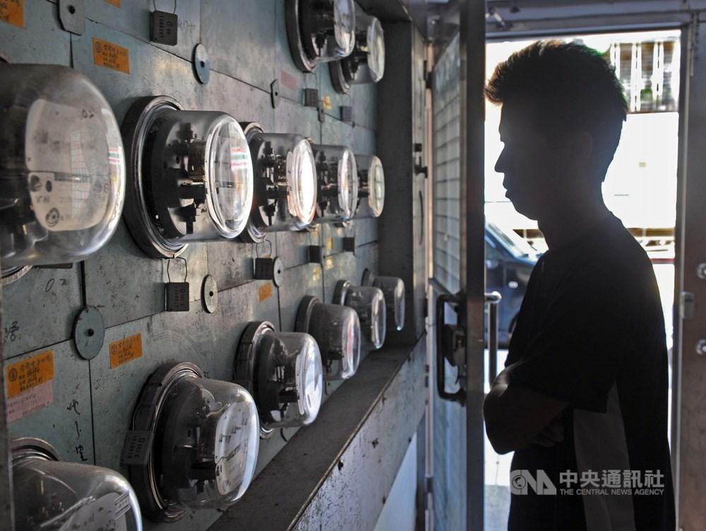 夏月電價將在6月1日如期上路,經濟部長沈榮津13日表示,受疫情影響導致營業額減少15%或50%的企業,台電已有打折處理,不會再處理夏月電價。(中央社檔案照片)